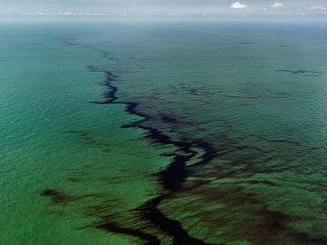 Edward BURTYNSKY (*1955, Canada): Oil Spill #10, Oil Slick at Rip Tide, Gulf of Mexico, June 24, 2010 – Christophe Guye Galerie