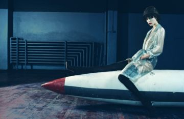 Emma SUMMERTON (*1970, Australia): Raquel on a Rocket – Christophe Guye Galerie
