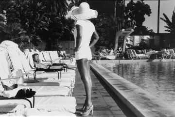 Anthony FRIEDKIN (*1949, America): Woman by the Pool, Beverly Hills Hotel, Beverly Hills, California, U.S.A. – Christophe Guye Galerie